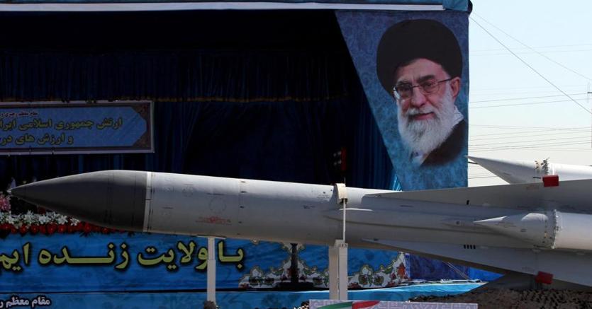 Parata militare a Teheran il 18 aprile. Sullo sfondo Khamenei